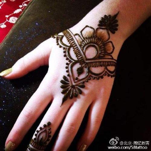 而且曼海蒂海娜手绘针对的是手,足位置,这些位置恰恰是传统纹身不能